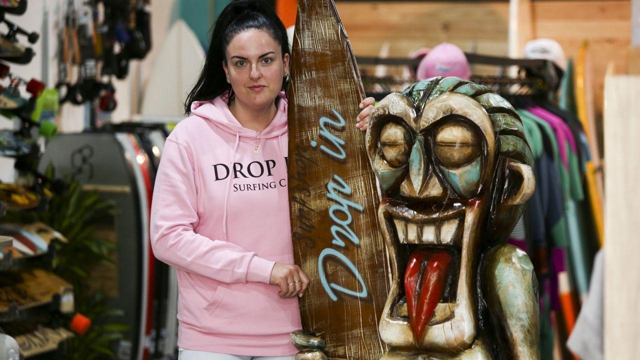 Lucia Pita comanda junto a su hermano Carlos la tienda de surf Drop In, inaugurada el pasado mes de noviembre en Catabois