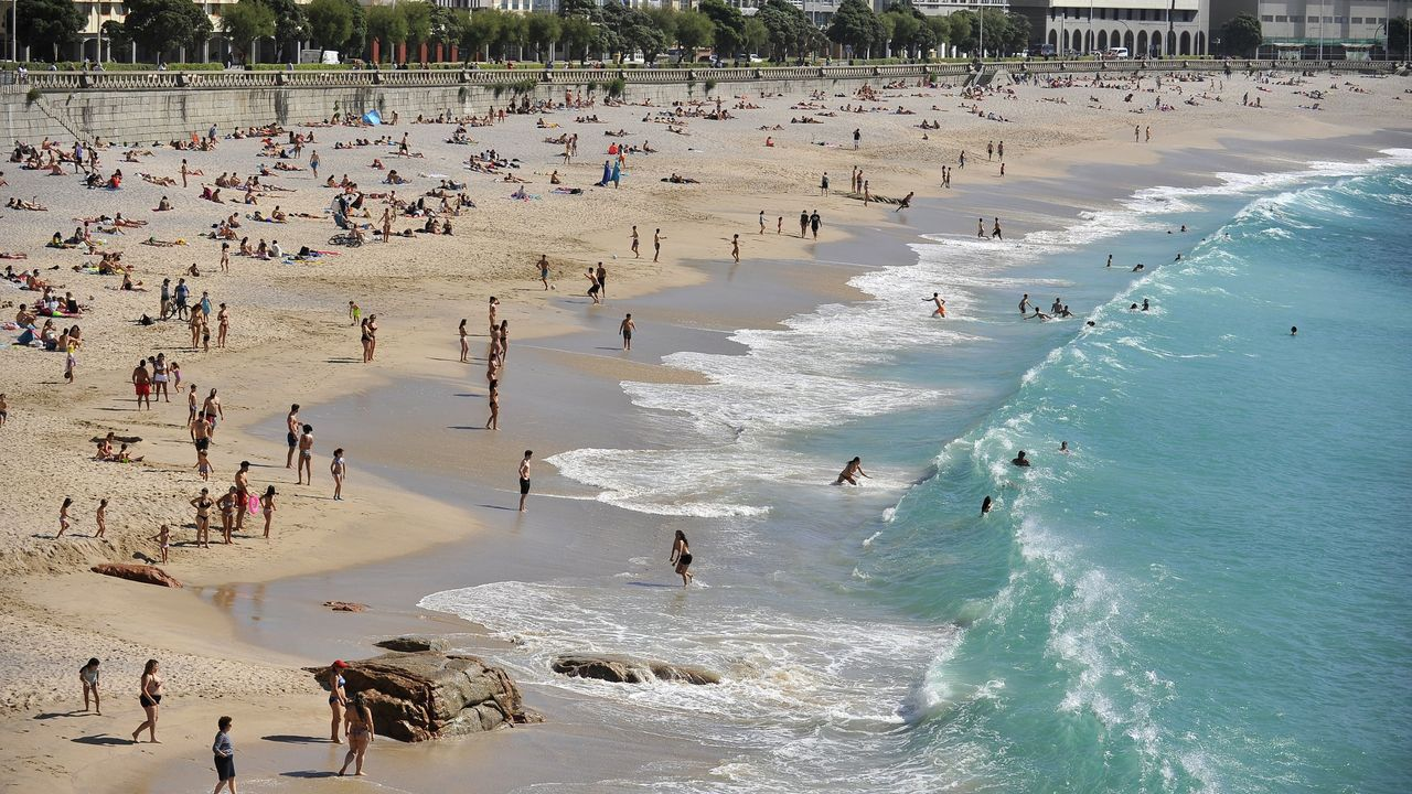 A CORUÑA, CASI COMO SAN SEBASTIÁN. A Coruña tiene casi todo lo que se puede desear para una escapada a la ciudad, aseguran, destacando su escena cultural, su gastronomía y las playas urbanas. «Si te gusta San Sebastián, probablemente te sentirás como en casa aquí», añaden subrayando también el «ambiente relajado» que se respira en la ciudad herculina