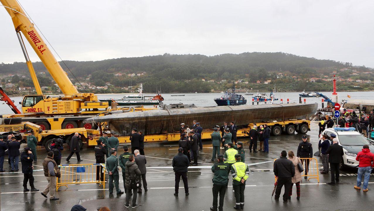 Asaltan la vivienda del armador Manuel Nores en Marín.Imagen del narcosubmarino en el puerto de Aldán