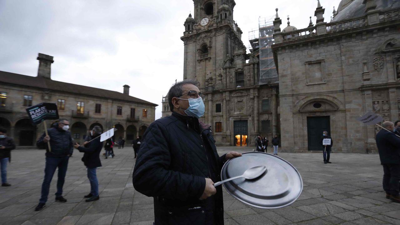 Jornada de protestas de la hostelería gallega.En Santiago, el sector se manifestó en la Praza da Quintana para exigir un plan de rescate