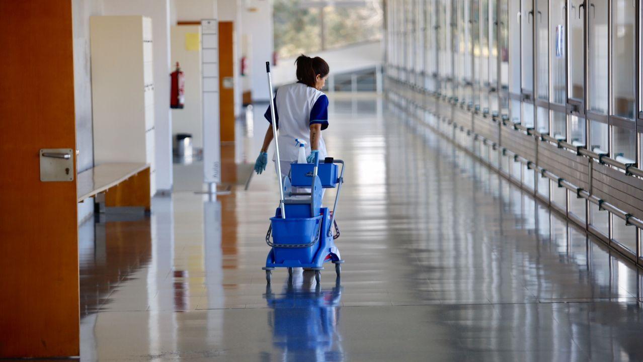 ÁLBUM: El segundo día de cuarentena, en imágenes.Una limpiadora en los pasillos vacíos de un centro de la Universidade de Vigo