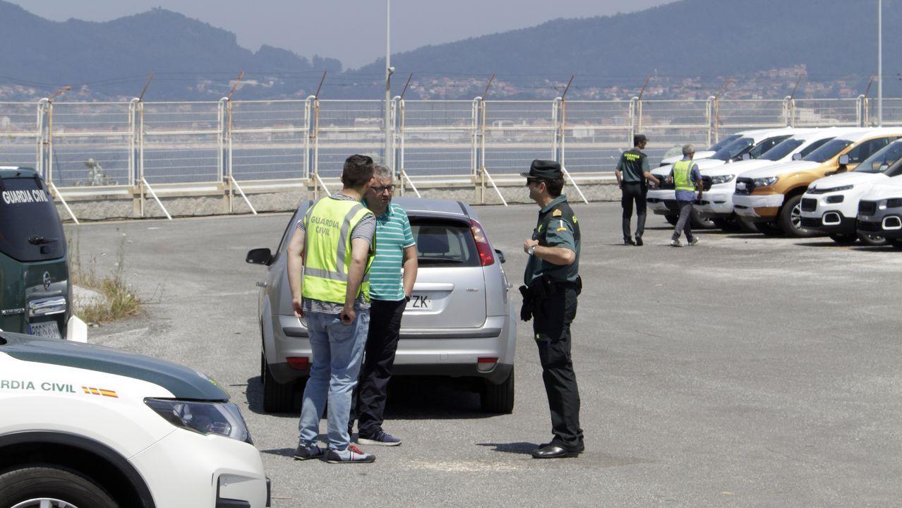 jevaso.Los agentes revisaron los coches afectados por los fuegos artificiales