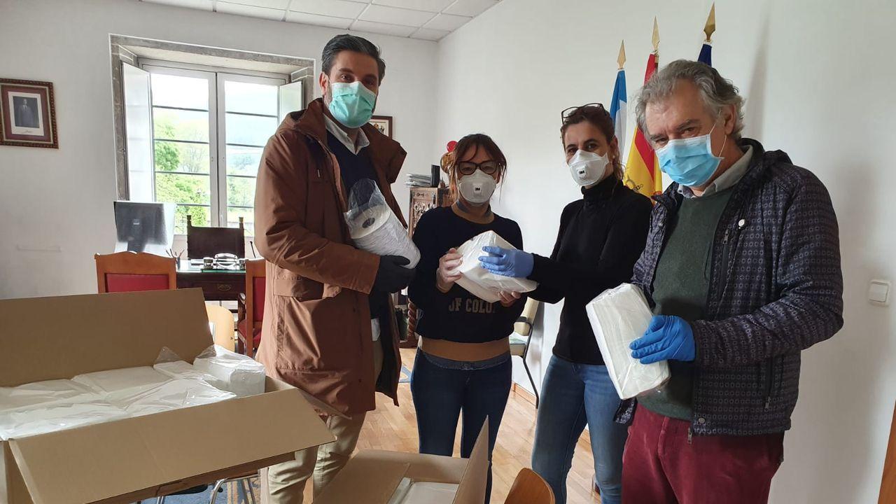 Traslado a casa en ambulancia de Aurita González enferma con coronavirus dada de alta.Personal de la ambulancia del 061 de soporte vital avanzado, en la ciudad de Pontevedra