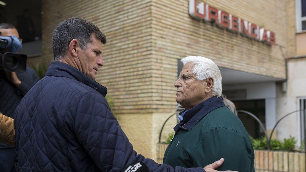 El presidente del club de fÚtbol de El Palo, Juan Godoy, habla con el presidente del club del Alhaurín de la Torre B, Paco Flores.