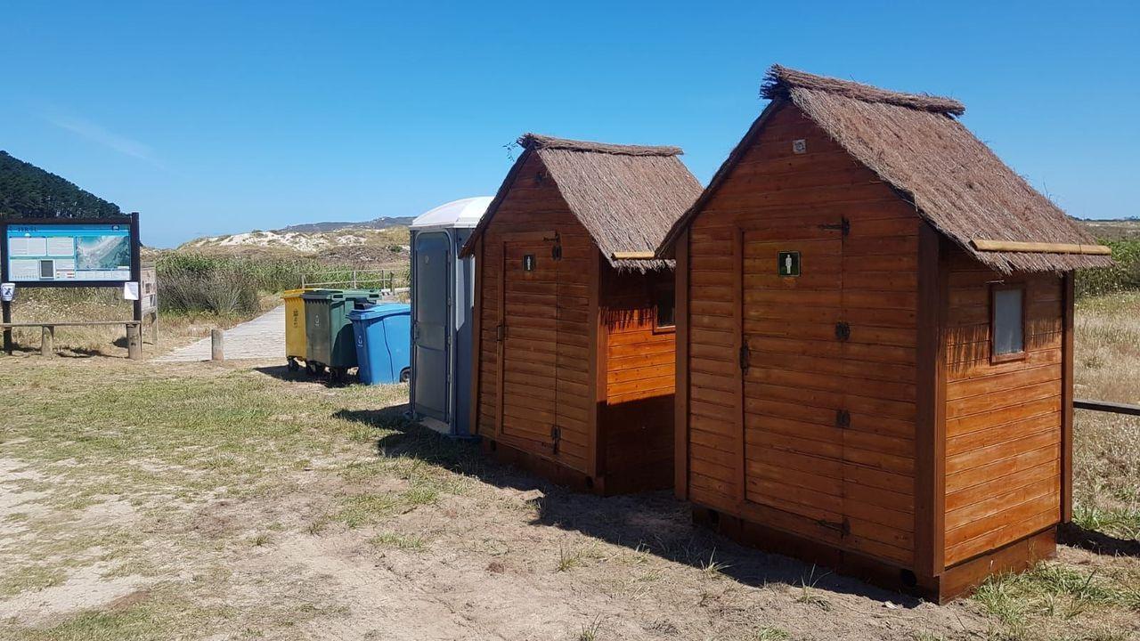 Bañistas y socorristas comparten el arenal de A Frouxeira, en Valdoviño, desde el miércoles