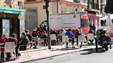 Una ambulancia pasa junto a una terraza de Oviedo