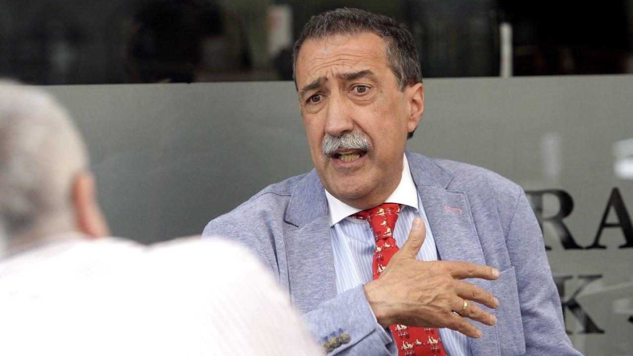 El alcalde de Granada, haciendo entrega del galardón a Julia Uceda