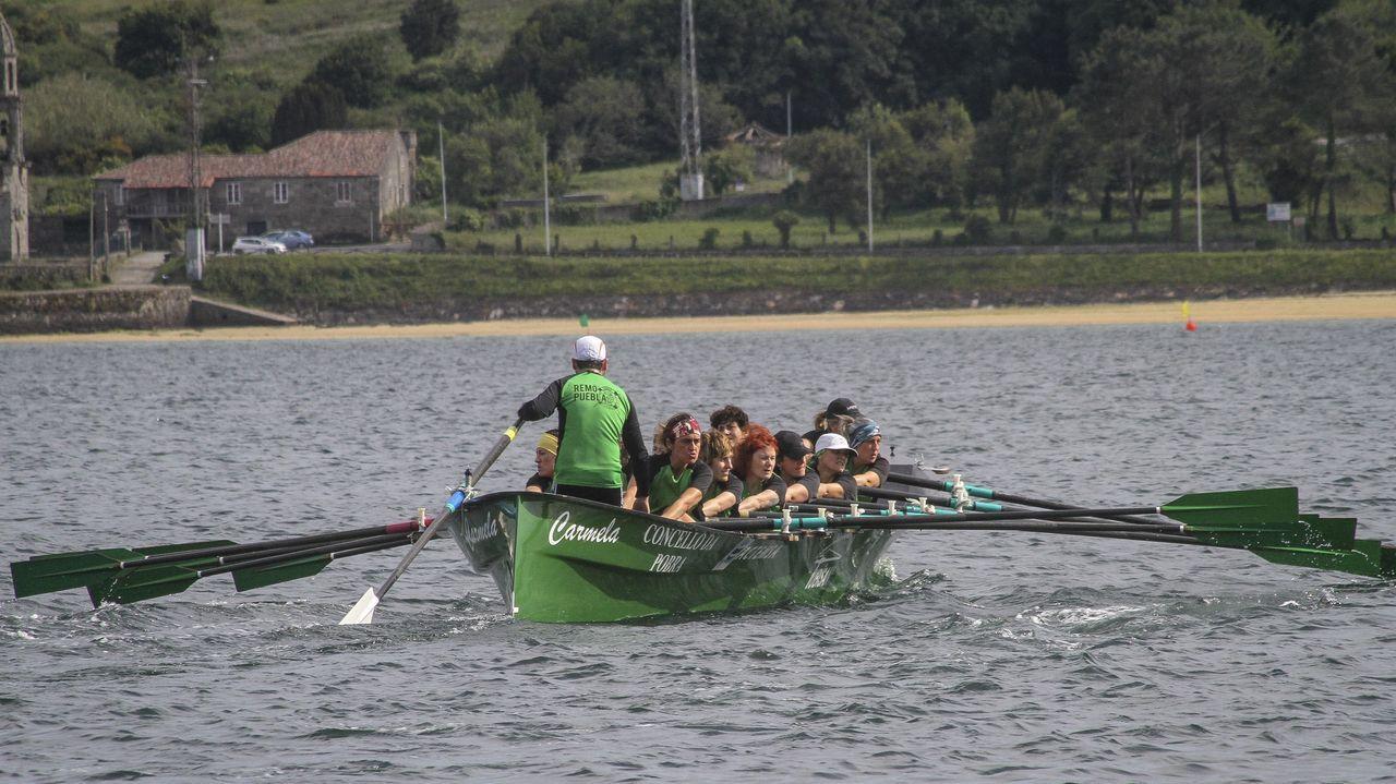 A Pobravibró con la primera jornada de la Liga Galega de Trainerillas.De izquierda a derecha, aguantando de la embarcación, están Raquel da Costa, Antía Romero, Claudia Miguéns y Verónica Ferreirós