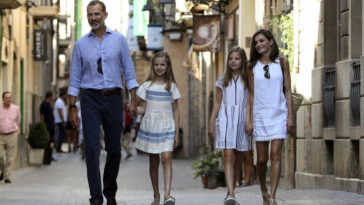 Visita de los Reyes y sus hijas al museo modernista Can Prunera.Ernest Hemingway