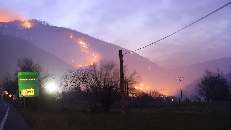 Fuegos en los montes próximos a Barcena Mayor.