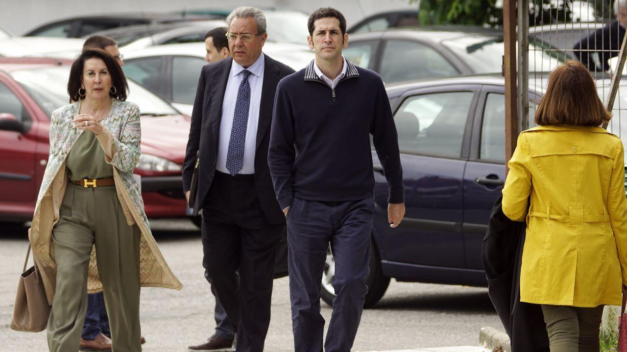 Rosario Andrade acompañando a su hijo Pablo Fernández Andrade a declarar en el juzgado de Vigo