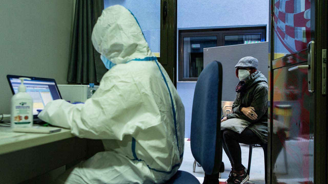 Sanitarios atienden a pacientes en un centro específico para covid en Barcelona