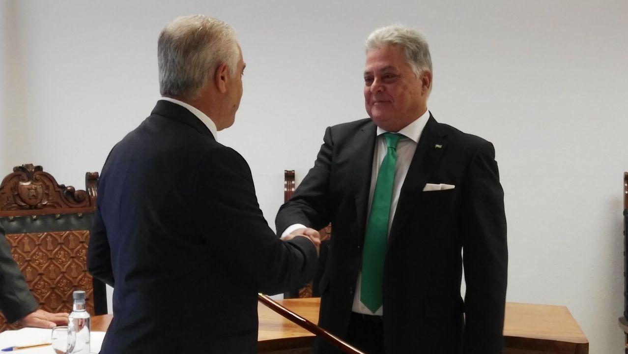 Julio Álvarez, a la derecha, en su reciente toma de posesión como alcalde