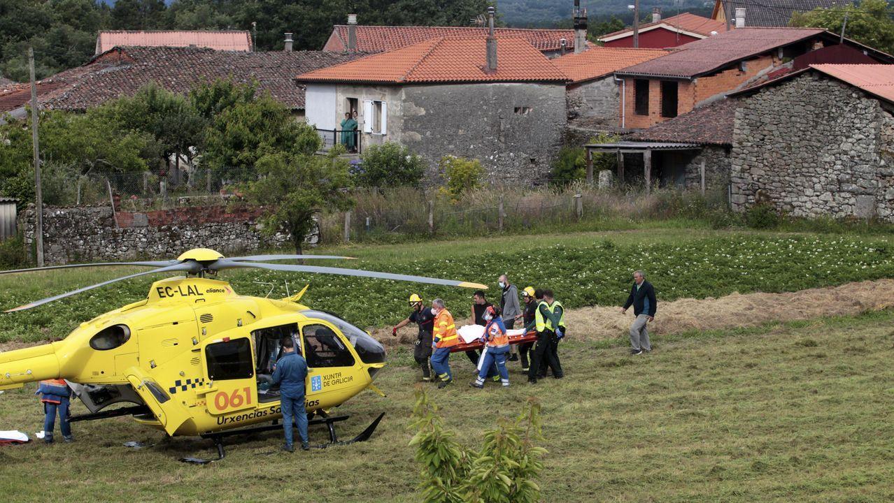 Momento en que el obrero herido es trasladado en camilla al helicóptero del 061