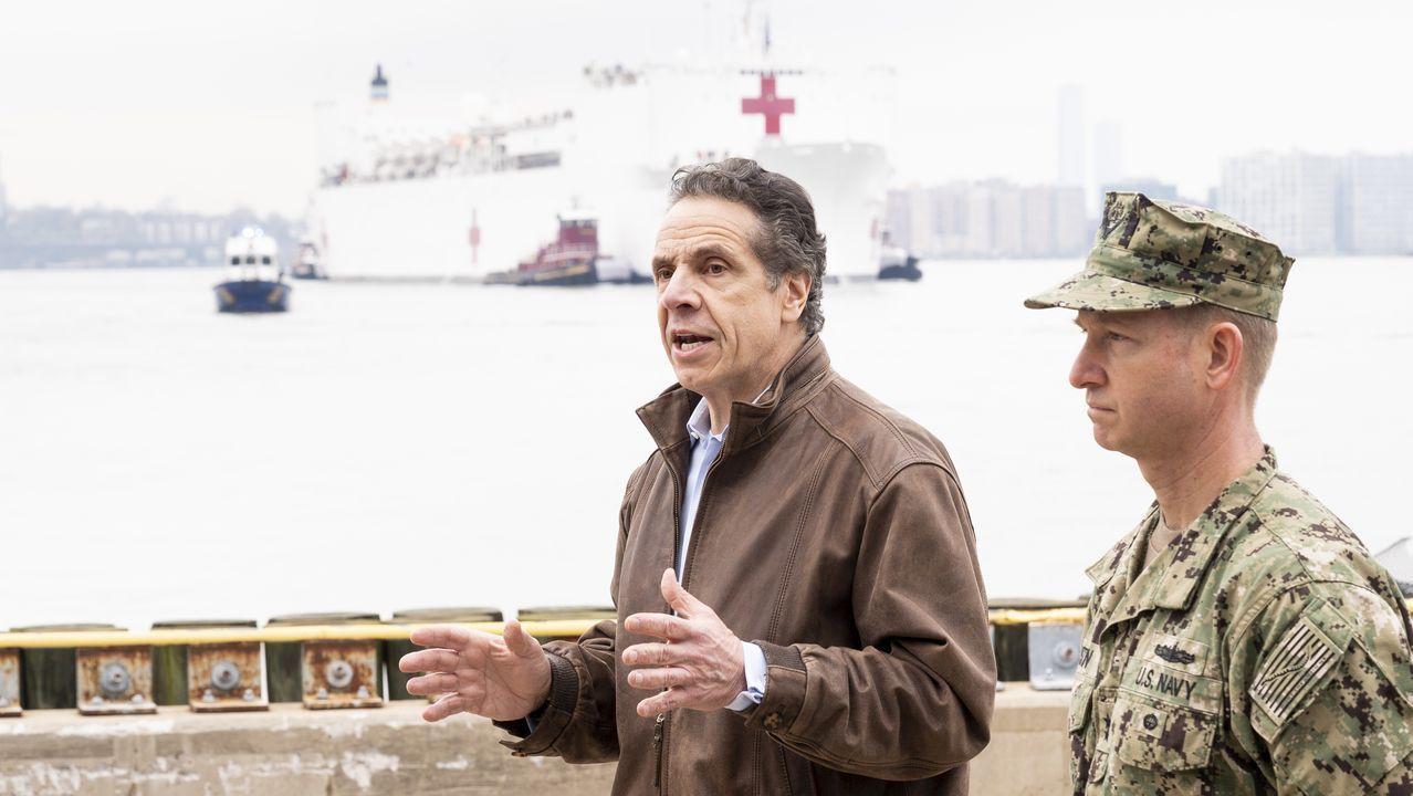 El gobernador del estado de Nueva York, Andrew Cuomo, momentos antes de la llegada del buque hospital