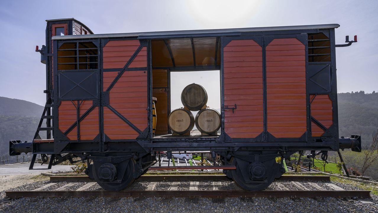 El vagón está provisto de una garita (a la izquierda) en la que viajaban el operario encargado de activar y desactivar los frenos.