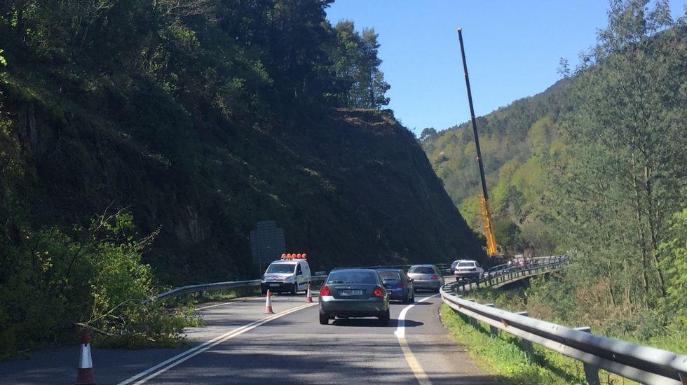 n120.El derrumbe de Nogueira. Pasados Os Peares y bajando hacia Ourense hay dos tramos más en obras, con sus dos semáforos.