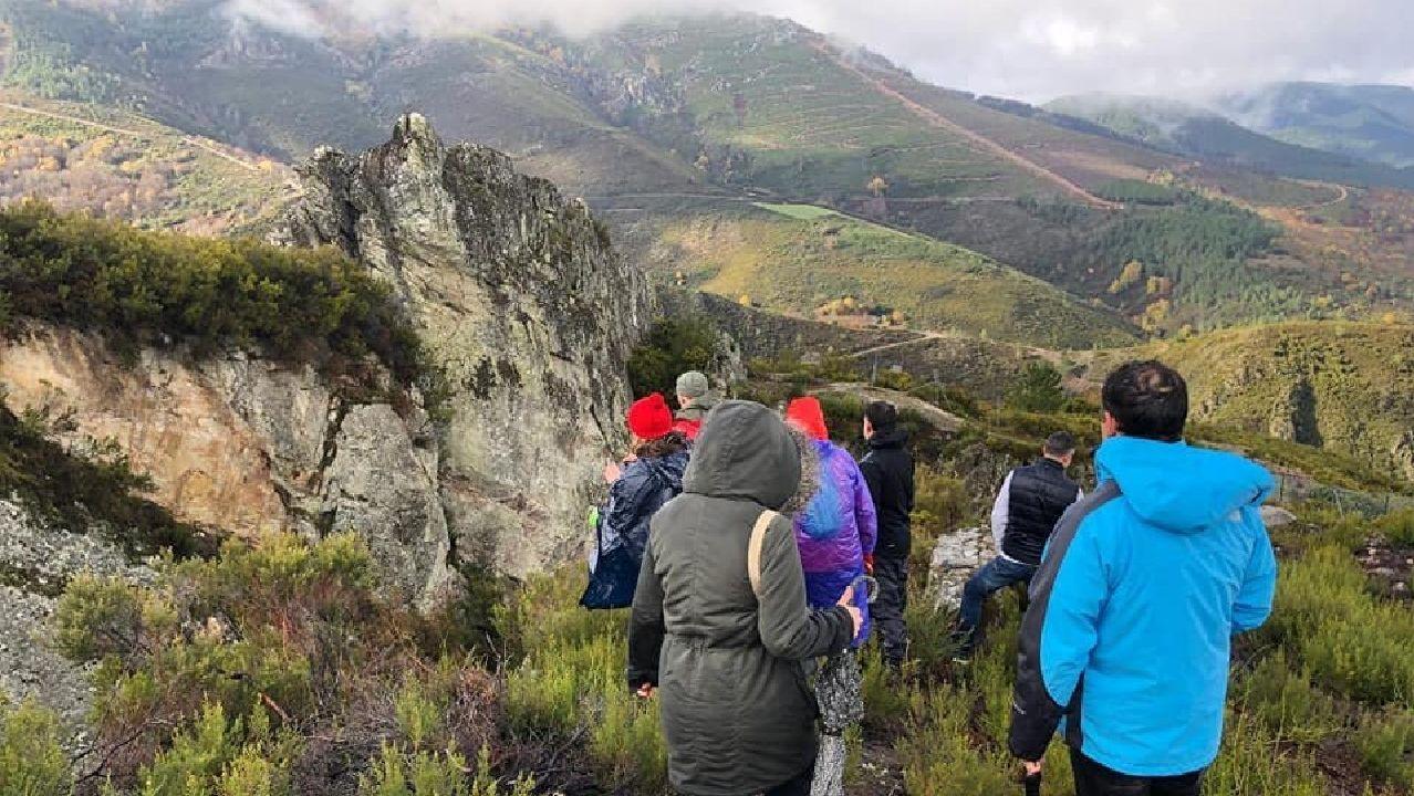Jornada de paraguas en A Coruña.Una visita a las minas romanas de Ribas de Sil fue una de las actividades que no se cayeron del programa pese al mal tiempo
