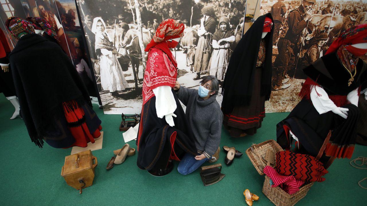 Recogida de la aceituna en el municipio de Quiroga.Traxandaina permite coñecer a historia do traxe galego ata os primeiros anos do 1900