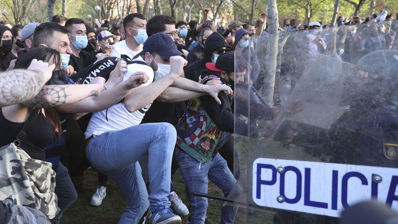 La policía carga contra los manifestantes congregados en Vallecas para protestar por el acto de precampaña de Vox