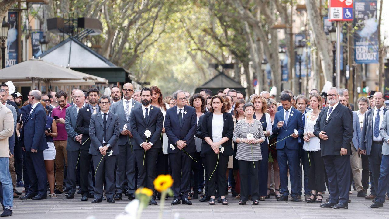 Tras las víctimas, los politicos en la ofrenda floral en el mosaico de Joan Miró de La Rambla de Barcelona.