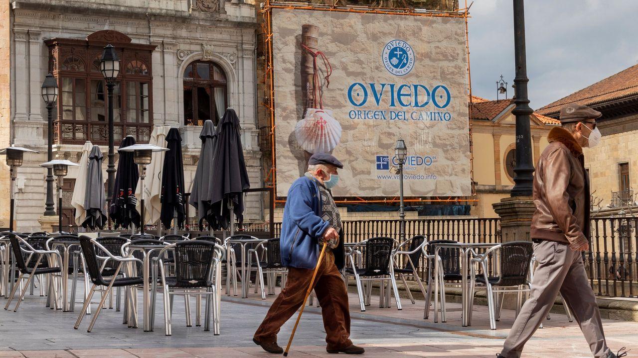 Varias personas caminan por la plaza de la Catedral de Oviedo