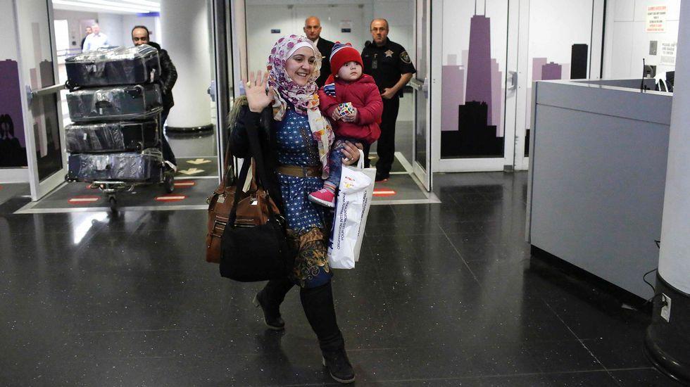 Una familia iraquí de Woodbrige, Virginia, da la bienvenida a una pariente en el aeropuerto internacional de Duller en Sterling, Virginia