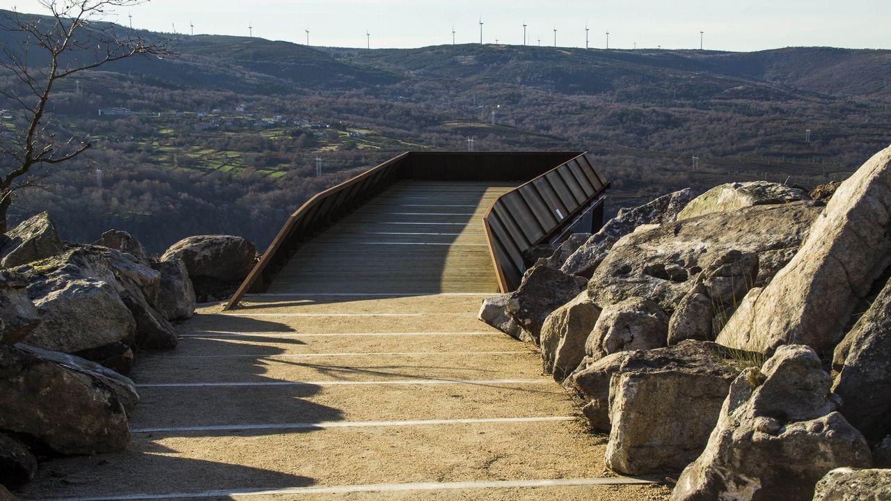 Entrada a la plataforma del mirador de A Cividade, situado en la parroquia de Bolmente, al borde del cañón del Sil
