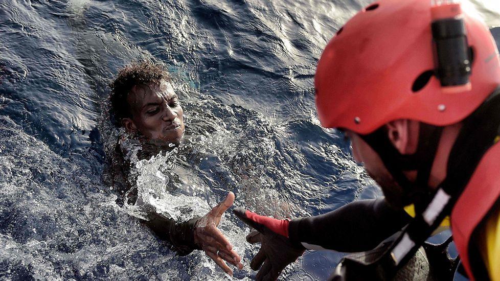 Rescate de un migrante en el mar, ayer, cerca de Libia.