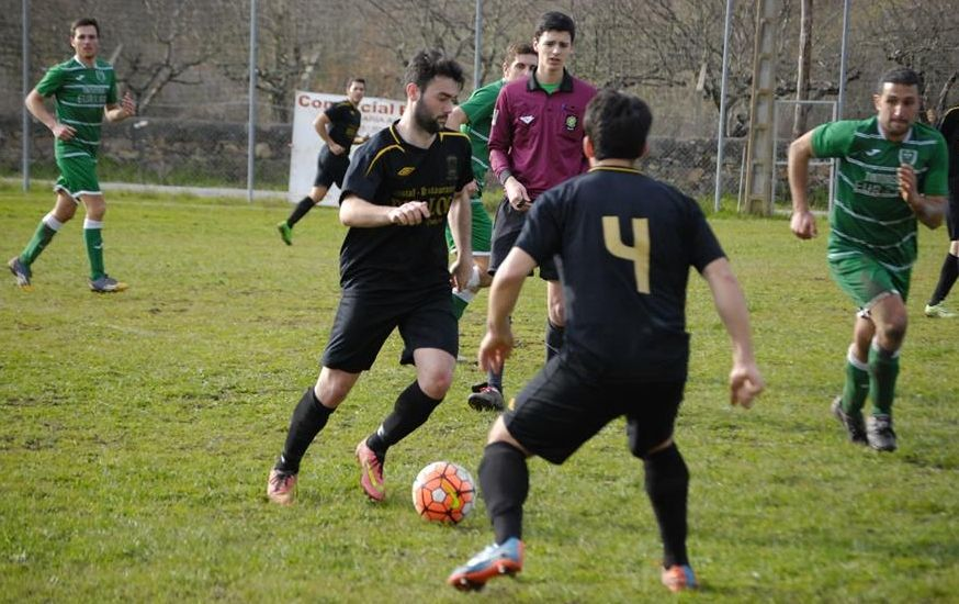 El futbolista del Quiroga, Javi Lago, conduce el balón en el campo de A Carqueixa.