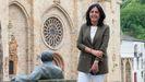Elena Candia, na Praza Maior de Mondoñedo, xunto á estatua de Cunqueiro.