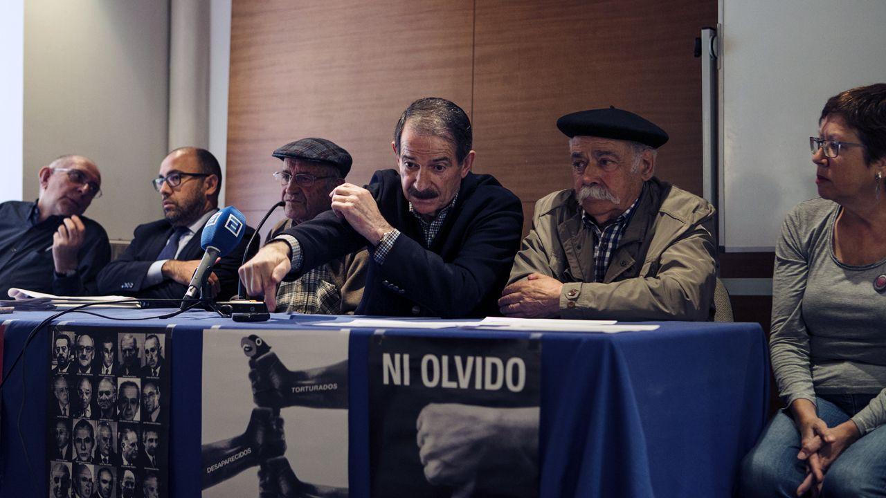 Isidro Martínez Oblanca.Desde la derecha, Carme Prado, Vicente Gutiérrez Solís, Gerardo Iglesias, Fausto Sánchez García y el abogado Alberto Suárez