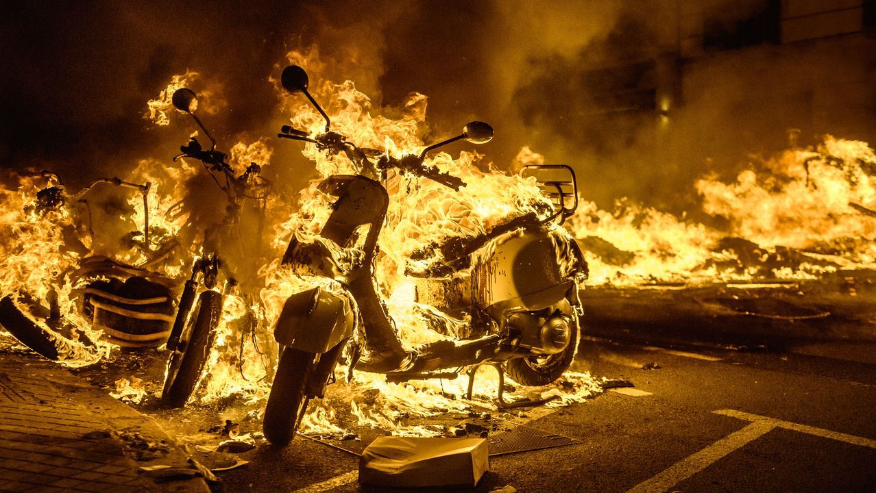 Algunas propiedades de la iglesia en Galicia.Motos quemadas en los disturbios producidos en Barcelona durante las protestas por el encarcelamiento del rapero Pablo Hasél