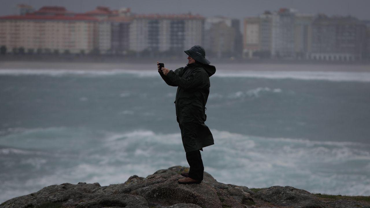 La borrasca Cecilia llega a A Coruña.Santiago Abascal saluda a los asistentes al mitin de Vox celebrado en Vigo durante la campaña electoral del 10N