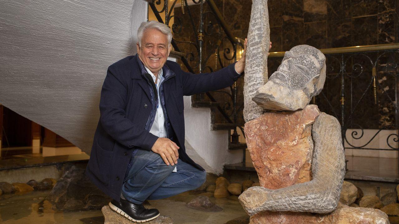 Ghaleb Jaber Ibrahim, en la escultura que preside el hall del Hotel Araguaney