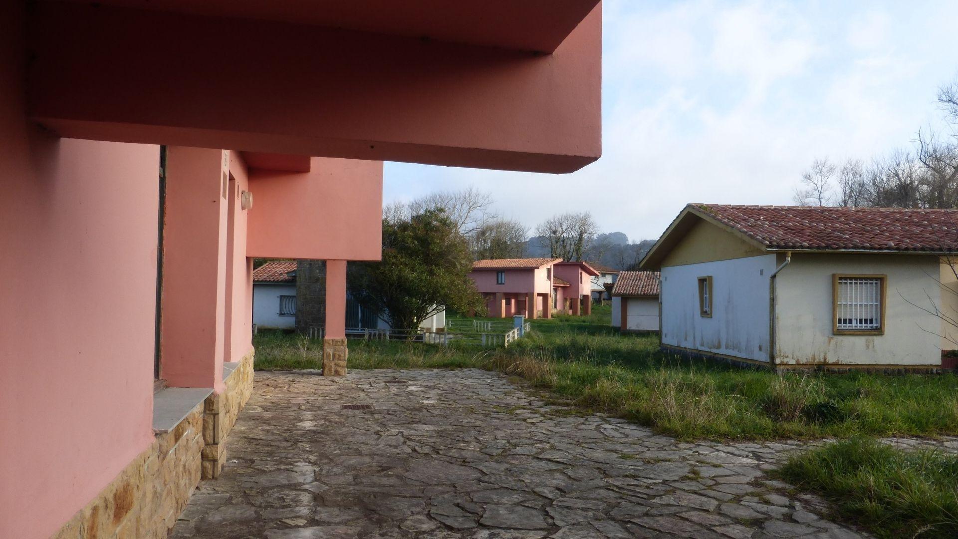 sol, calor, Gijón, playa, Asturias.Viviendas de la antigua ciudad vacacional de Perlora