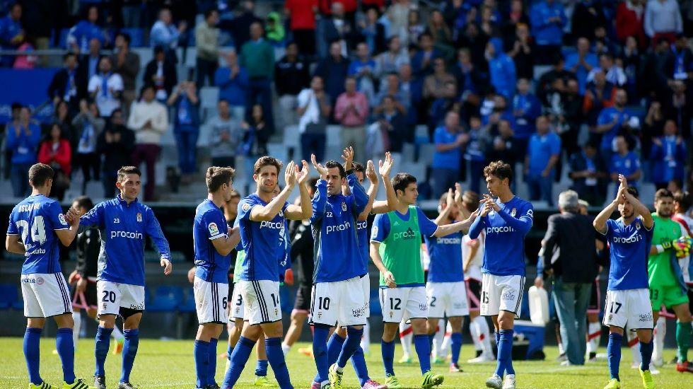 Los jugadores del Oviedo saludan a la afición