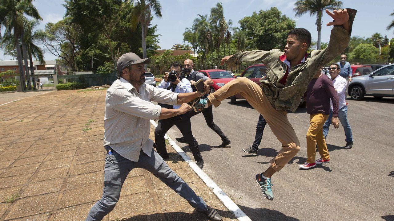 Guaidó: «Espero que la democracia española sea fuerte para hacer frente a la dictadura de Maduro».Un partidario de Maduro patea a un seguidor de   Guaidó, tras la ocupación de la Embajada de Venezuela en Brasilia
