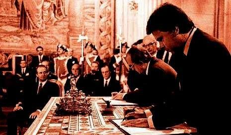 O presidente do Goberno en 1985, Felipe González, firma o tratado de adhesión de España á UE