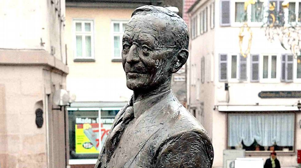 Estatua en bronce de Hermann Hess en su ciudad natal, Calw (Alemania)