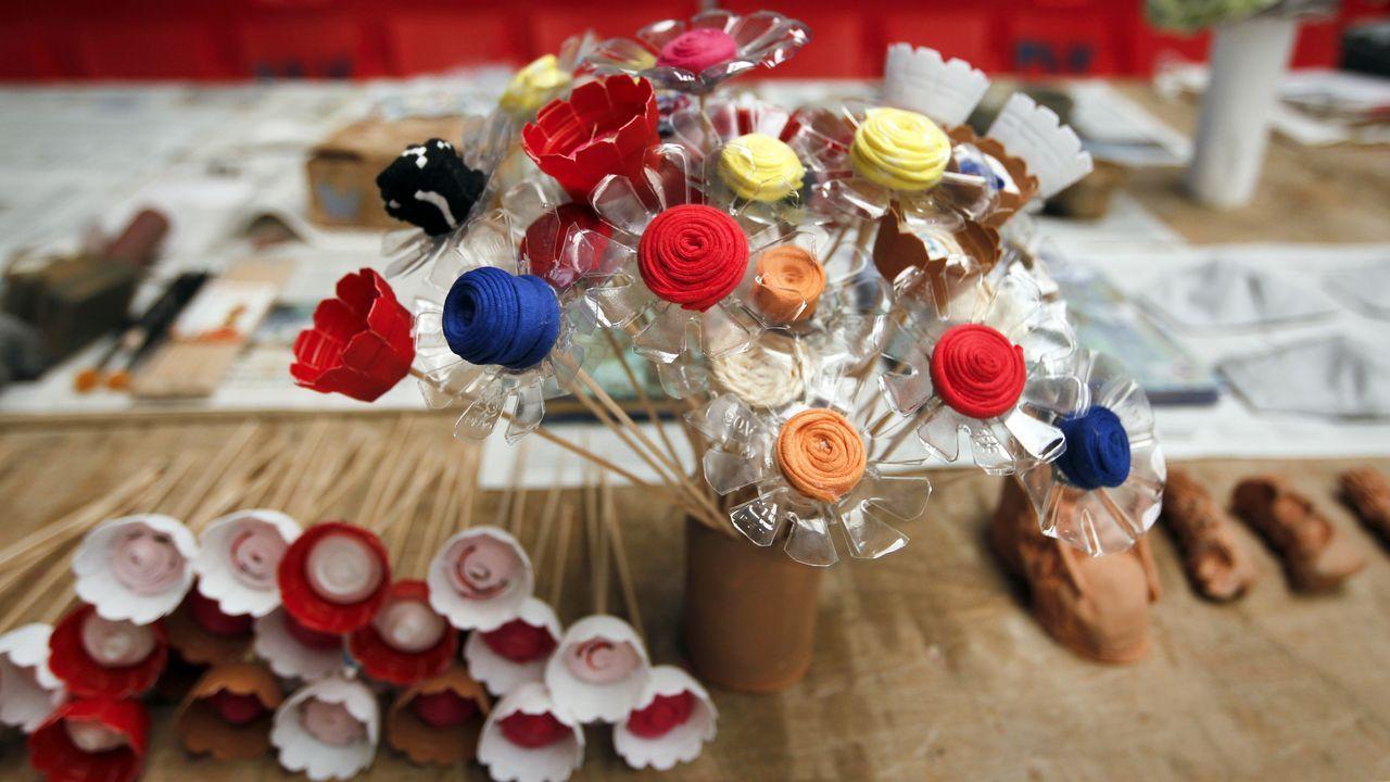 Flores hechas con cápsulas de café y botellas