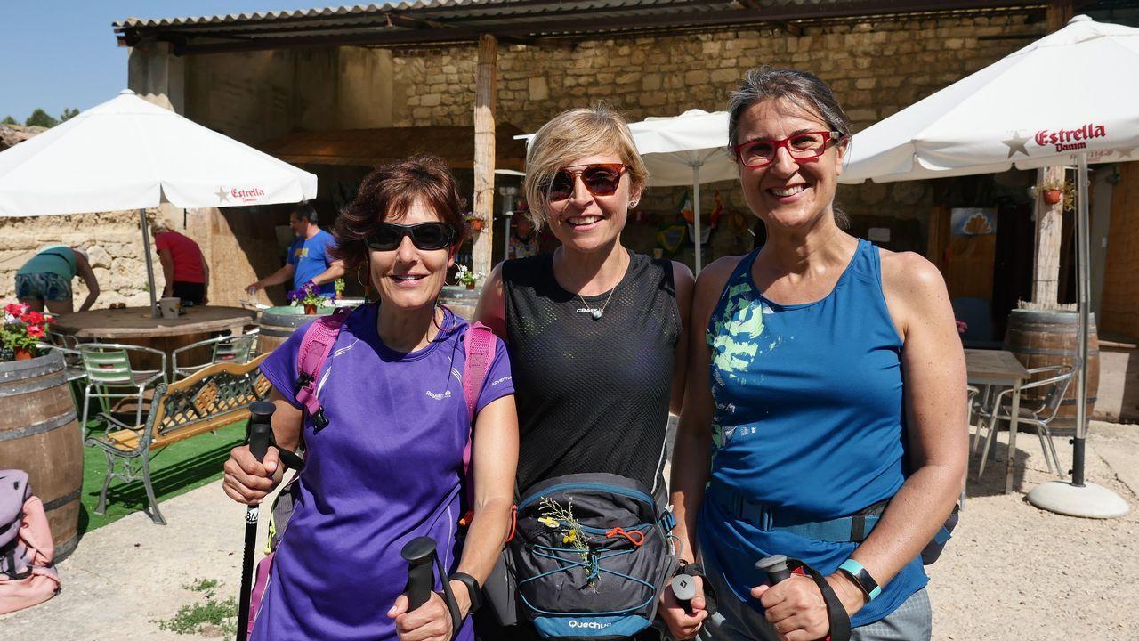 Tres peregrinas en el chiringuito de San Antón