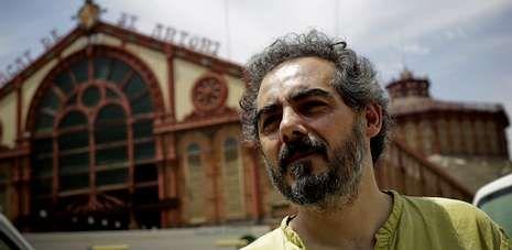 Visita de los Reyes a un colegio de Ourense.O profesor Raimundo Viejo, diante do mercado barcelonés de Sant Antoni, onde o entrevistou La Voz de Galicia.