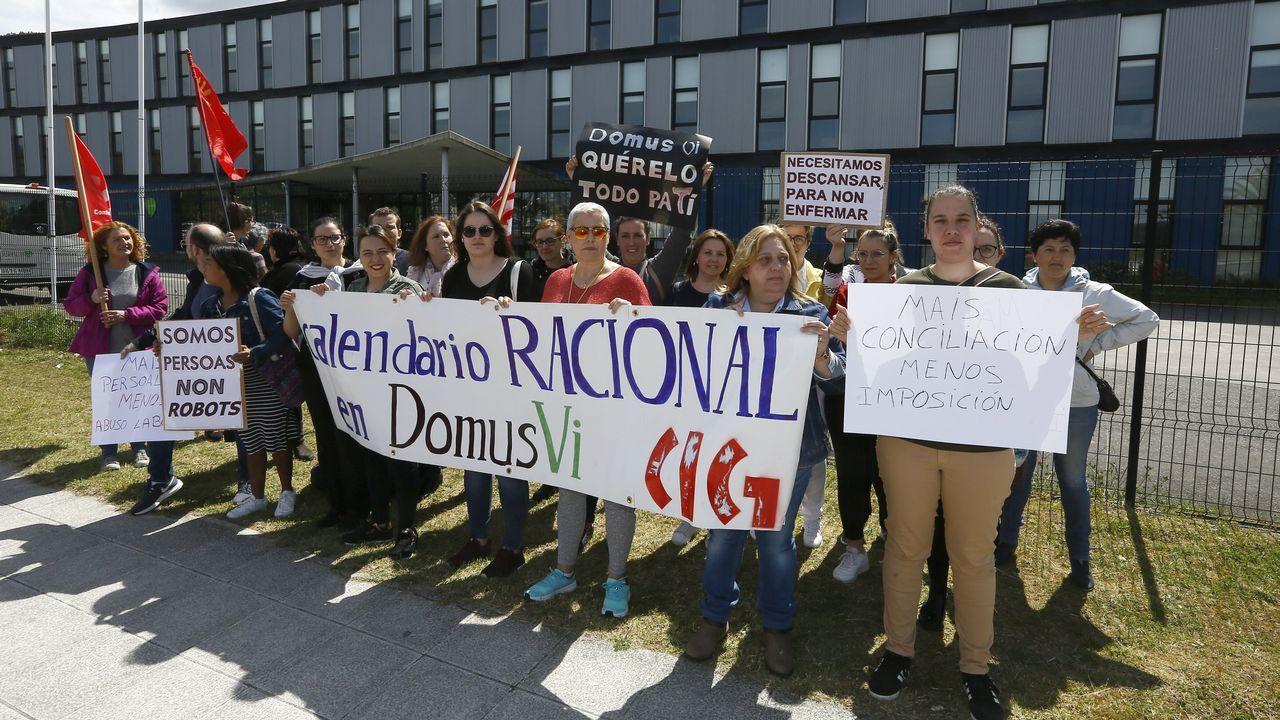 Trabajadoras del geriátrico de Viveiro protestan en la entrada del trabajo.Fertiberia