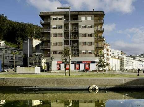 <span lang= es-es >Viveiro</span>. De las 38 casas de Lugo en suelo estatal, 25 son de este bloque a pie de ría.