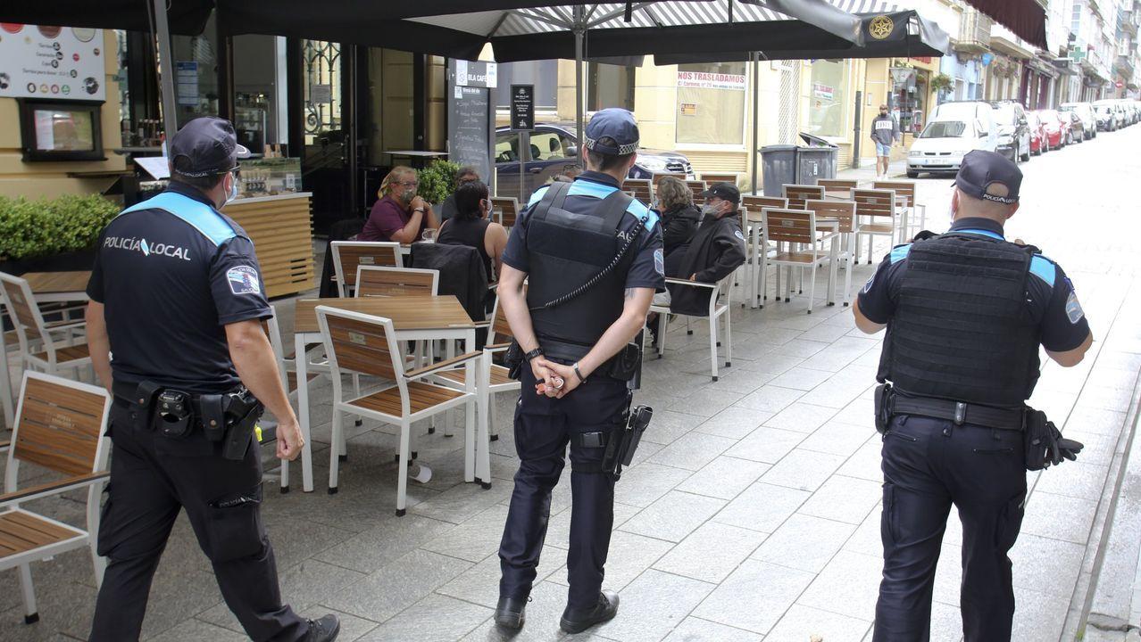 Agentes de la Policía Local de Ferrol controlando el uso de la mascarilla en las terrazas de la calle Real