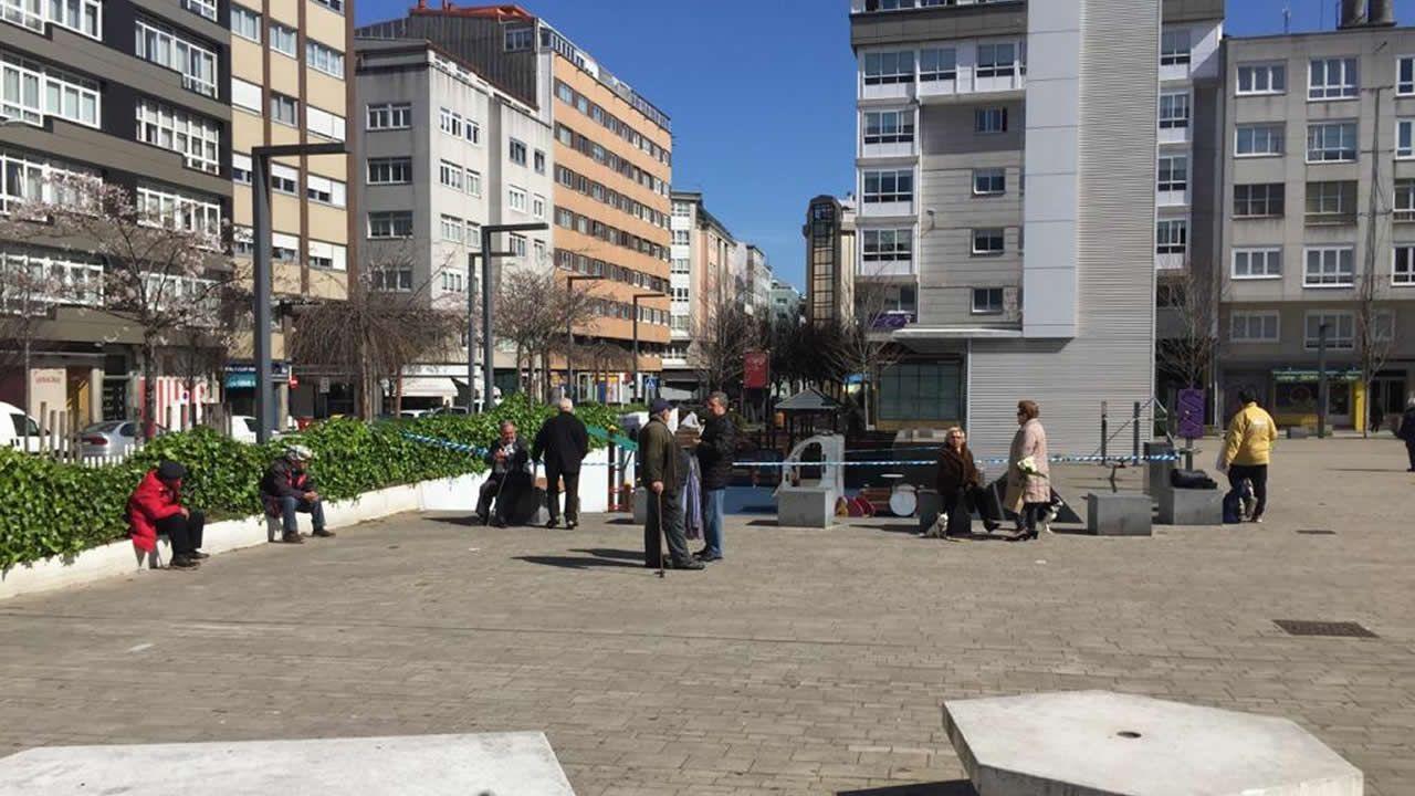 Praza de As Conchiñas, en A Coruña, sin niños y repleta de gente mayor