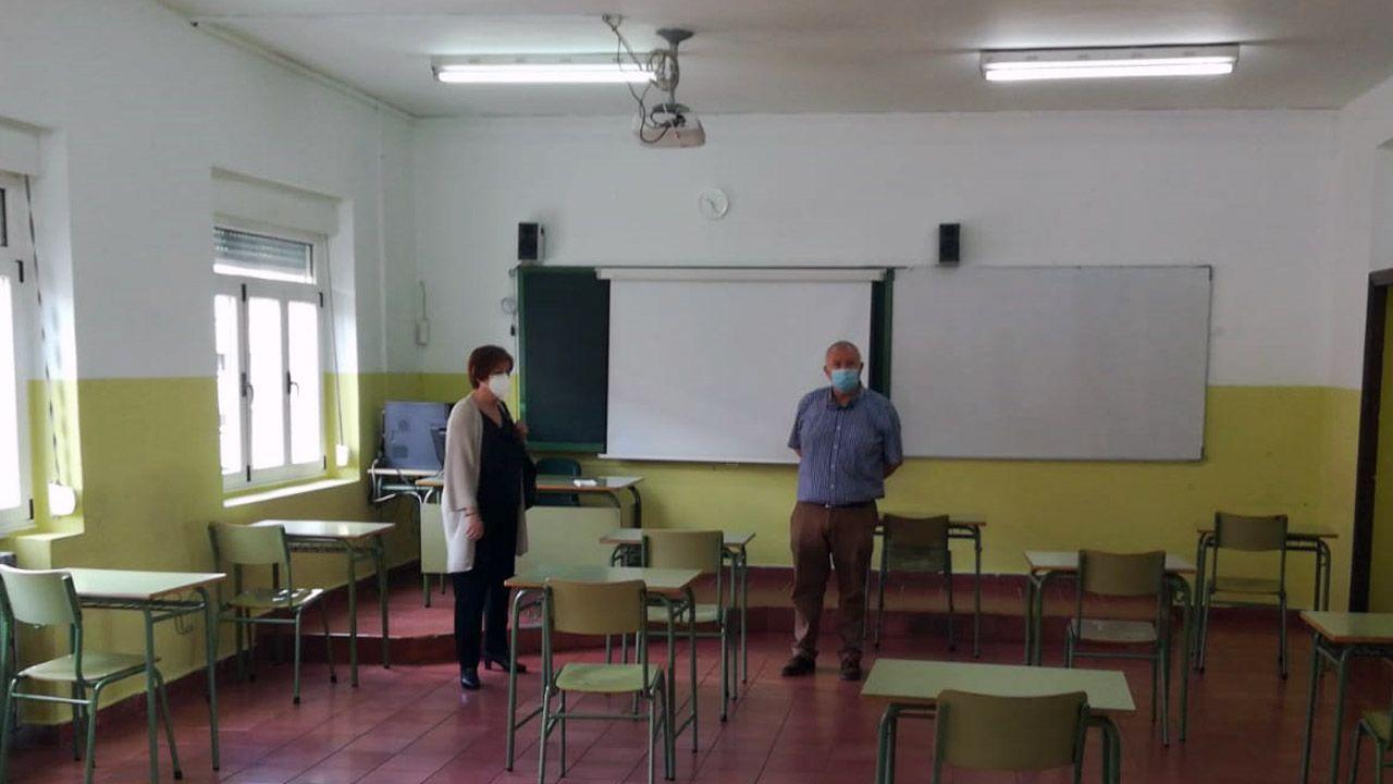 un alumno en un aula, clase, vacía.La directora general de Planificación e Infraestructuras Educativas, Ana Isabel López Isla, con el director del instituto Jovellanos, Juan Carlos Ayllón