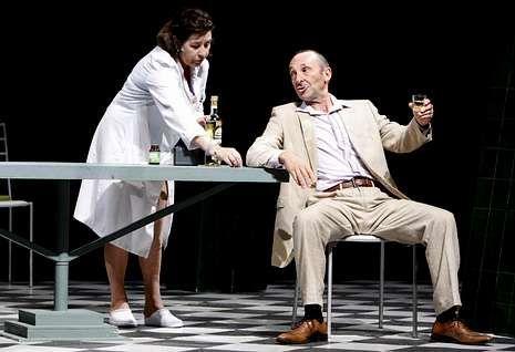 <span lang= es-es >Una historia real</span>. Manuel Manquiña y Elina Luaces son dos de los actores que protagonizan «A función do tequila», que cuenta la historia de la secretaria de Castelao en Nueva York.