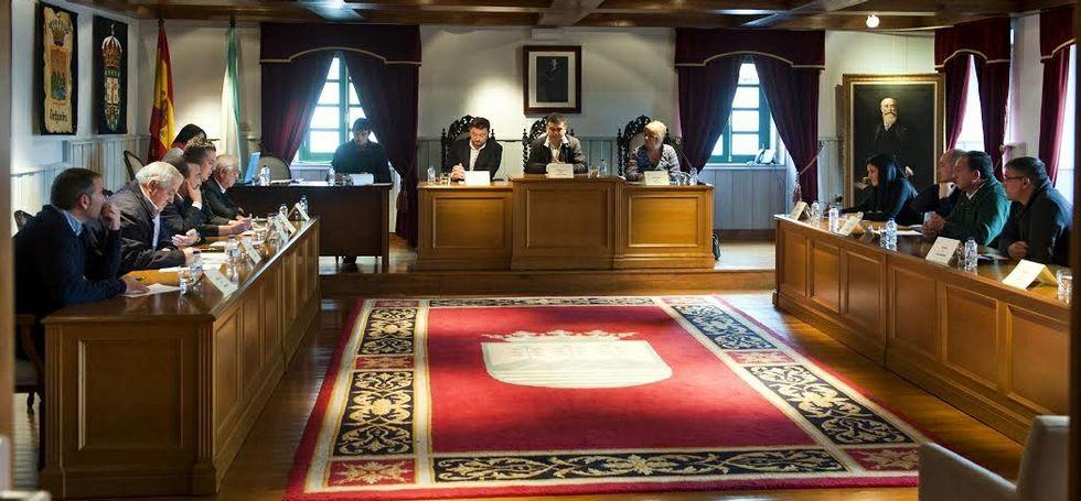 Alcaldes y ediles, al inicio del encuentro celebrado ayer en el salón de plenos de Ortigueira.